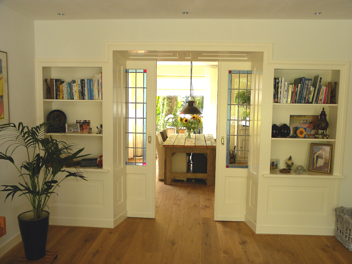 Wand met boekenkasten en schuifdeuren | Bouwbedrijf van der ...